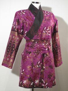 Yukata - Tageskimono - purple / Gold flower motivs double sided. beige on the inside. two pockets