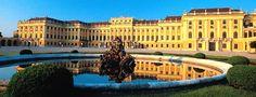 Schloss Schönbrunn - Einst als Jagdschloss mit weitläufigem Park errichtet, wurde Schloss Schönbrunn ab Mitte des 18. Jahrhunderts zu seiner jetzigen Größe ausgebaut und war Sommersitz und Residenzschloss der kaiserlichen Familie und des Hofstaats. Schloss Schönbrunn in Wien. © Wiesenhofer