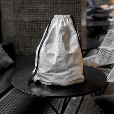 Plecak z tyvekuo gramaturze 73g/m2 idealnie dopasuje się prawie do każdej Twojej stylizacji.