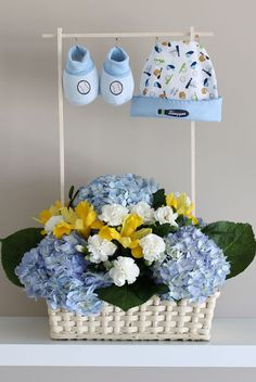 Centro de mesa shower bebés Baby Boy Gift Baskets, Baby Hamper, Baby Gift Box, Baby Shower Gift Basket, Baby Shower Diapers, Baby Shower Fun, Baby Girl Gifts, Baby Shower Themes, Baby Shower Gifts