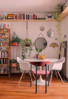 Apê pequeno com muitos pets e viés artesanal Small apartment dining roo. - Apê pequeno com muitos pets e viés artesanal Small apartment dining room has hardwood floo - Apartment Living, Apartment Dining, Interior, Small Apartment Dining Room, Home Decor, House Interior, Apartment Decor, Room Decor, Bedroom Decor