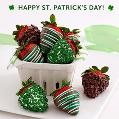 Strawberries festively decorated in covered in chocolate chips, shamrock sprinkles and green swizzle for St. Christmas Treats, Holiday Treats, Holiday Recipes, Christmas Chocolate, Chocolates, St Patricks Day Food, Chocolate Dipped Strawberries, Strawberry Dip, St Paddys Day