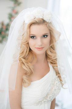 cheveux détachés et ondulés décorés de fleurs et voile de mariée