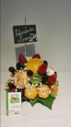 Centro bajo de flores con fruta