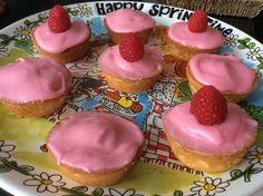 1-10-2016. Roze koeken omdat Boris er zo van houdt. Heel simpel recept. Glazuur van verse frambozen is heerlijk!