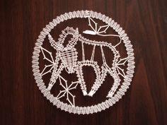 Znamení zvěrokruhu - býk Býk je paličkovaná krajka z bílé kordonetky o průměru 13 cm určená k zarámování či do pasparty. Lace Heart, Lace Jewelry, Lace Making, Bobbin Lace, Lace Detail, Horoscope, Zodiac Signs, Dream Catcher, Butterfly