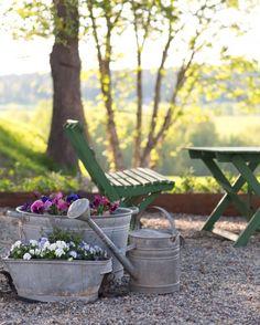 Ich liebe alte Gartenmöbel mit Patina ähnliche tolle Projekte und Ideen wie im Bild vorgestellt findest du auch in unserem Magazin . Wir freuen uns auf deinen Besuch. Liebe Grüße