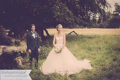 Hochzeitsfotograf Vores Store Dag: Moderne, natürliche und authentische Hochzeitsreportagen. Wenn zwei Menschen heiraten, um den Rest ihres Lebens Rest, Wedding Dresses, Fashion, Getting Married, People, Bridal Dresses, Moda, Bridal Gowns, Wedding Gowns