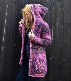 Háčkovaný kabátik Sweet Dream bol vyhotovený na objednávku ako ružovo-fialová alternatíva kabátika Azur Dream. Na vreckách a kapucni sú vyšité aplikácie, zapínanie na obháčkované gombíky. Príjemný,...