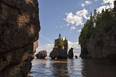 Tides at Hopewell Rocks in the Bay of Fundy are the world's highest. Countries To Visit, Places To Visit, Hopewell Rocks, Travel Around The World, Around The Worlds, Newfoundland And Labrador, New Brunswick, Lonely Planet, Natural Wonders