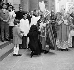 Jackie receives Cardinal Cushing's blessing before Robert Kennedy's funeral.