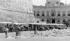 Bus depot in front of Castille, Valletta, zmalta. (Venda tal-linja quddiem Kastilja)