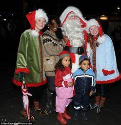Tudo embrulhado: Sinitta e seus filhos enfrentaram o frio da noite do inverno em suas galochas