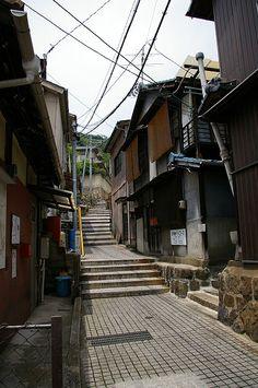 Onomichi - 尾道には数多くの坂道と路地が点在しています。尾道を歩くと直ぐにそんな光景に出会えます。 今日はBlogへ来ていただいた皆さんと尾道の坂道と路地を満喫して...