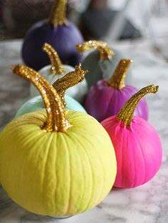 25 Chic and Easy Ways to Decorate a Pumpkin DIY Halloween Decor: Colorful painted pumpkins with gold glitter stems Fröhliches Halloween, Halloween Season, Holidays Halloween, Halloween Pumpkins, Christmas Pumpkins, Mini Pumpkins, White Pumpkins, Christmas Holidays, Fall Crafts