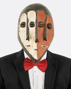 Pour sa série « Tipo Passe » (« photos de passeport »), le photographe angolais Edson Chagas recouvre de masques tribaux les visages de voyageurs tirés à quatre épingles. Comme un pied de nez aux longues palabres sur l'identité du continent noir, ces figures impassibles et désacralisées replacent l'Afrique dans son époque : multiculturelle et ambivalente.