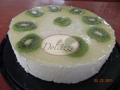 Pastel de vainilla con Mousse de chocolate blanco y kiwi