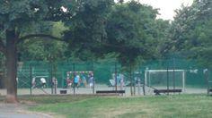Había el campo de fútbol.