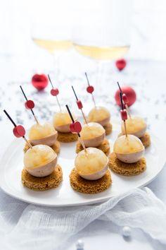 Une idée pour un apéritif festif : des billes de foie gras et poire à la gelée de Sauternes. Une bouchée de foie gras originale et gourmande pour bien commencer le repas.