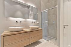 Op deze foto ziet u een meubel van Leff design met twee opzet waskommen en wandmengkranen van Hotbath. De doucheruimte is voorzien van een Sealskin schuifdeur en een inbouwdouchethermostaat van Hotbath.e muur achter het meubel is gestuct. De douchecabine is getegelt een Pocelanosa decor wand tegel en betonlook achterwand. De Porcelanosa tegel is weer terug gehaald op de wand achter het bad.  #design #inspiration #bathroom #shower #badkamer #bath #hotbath #porcelanosa #gjmeijer #tegels #tiles