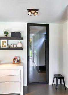 Moderne stalen deur van Anyway Doors, gemaakt van zwart geanodiseerd aluminium in combinatie met helder gehard glas.