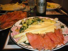 Spargelzeit in Ostfriesland - besonders lecker schmeckt Spargel mit geräuchertem Lachs, gebutterten Petersilienkartoffeln und einem kühlen Jever Pils.