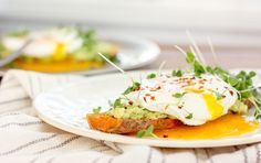 Topping the sweet potato slices with smashed avocado and a poached egg provides a great source of healthy fat and satiating protein, making this a nutrient-rich breakfast that will keep you full all morning long. Balanced Breakfast, Vegetarian Breakfast, Vegetarian Recipes, Healthy Recipes, Healthy Breakfasts, Avocado Recipes, Pescatarian Recipes, Healthy Dishes, Healthy Options