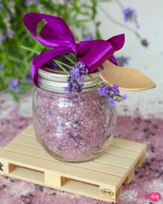 Lawendowa sól do kąpieli - zrób to sam Day Makeup, Snow Globes, Techno, Diy And Crafts, Glass Vase, Beauty Hacks, Health And Beauty, Lavender, Projects To Try
