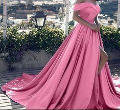 Dit is een elegante bal toga. Deze prachtige off shoulder jurk Cinderella heeft een uitbundige flare. Ideaal voor feesten, bruiloften en andere gelegenheden. Deze jurk krijgt u een stijlvolle en verfijnde look. De jurk kan ook plaatsvinden in rood, blauw, roze, wit en geel.