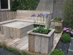 Tuin inrichting Loungebank, vlonder en plantenbakken van steigerhout www.houtenzo.com