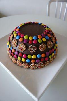 chocolate smash cake :) Chocolate World, Death By Chocolate, Chocolate Heaven, Cupcake Recipes, Cupcake Cakes, Chocolate Pinata, Sparkle Cake, Gravity Cake, Best Food Photography