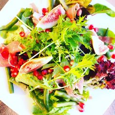 #Figs are in season. I love them on salad with good-quality #prosciutto and #oliveoil. 私が住んでいるところでは #イチジク が旬を迎えています。#生ハム との相性が最高 今日は #サラダ に乗せて #オリーブオイル をかけていただきました。 #ドレッシングなし