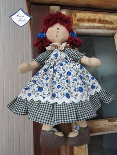 Uma pequena e charmosa bonequinha de pano