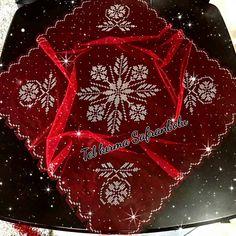 Fotoğraf açıklaması yok. Bargello, Color Blocking, Diy And Crafts, Holiday Decor, Rose, Home Decor, Angles, Zip, Sleeve