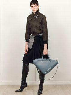 Balenciaga Parigi - Pre-Fall - Shows - Vogue. Fashion Wear, Fashion 2017, Runway Fashion, Fashion Tips, Fashion Design, Fashion Trends, Balenciaga, Fall Winter Outfits, Autumn Winter Fashion