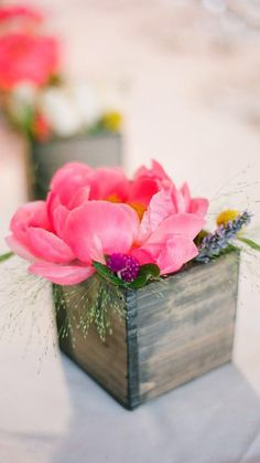 Wedding flowers pink table wooden boxes ideas for 2019 Wooden Box Centerpiece, Pink Centerpieces, Centerpiece Decorations, Wedding Decorations, Centrepieces, Floral Wedding, Rustic Wedding, Wedding Flowers, Trendy Wedding