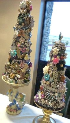 Vintage Jewelry Crafts Trees - Decorated With repurposed Jewelry Pieces Deck the Halls with Decoration Christmas, Christmas Tree Crafts, Diy Christmas Tree, Christmas Projects, All Things Christmas, Holiday Crafts, Vintage Christmas, Christmas Holidays, Christmas Ornaments