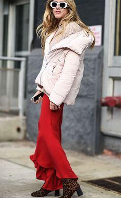 Street style look com saia vermelha e maxi casaco.