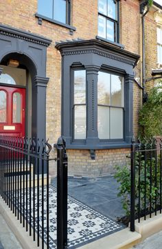 Victorian Front Garden, Victorian Porch, Victorian Terrace House, Edwardian House, Victorian Homes, Terrace House Exterior, Exterior House Colors, Facade House, Feng Shui