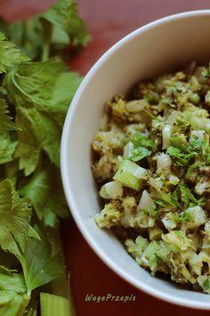 Sałatka z brokułem, ogórkiem kiszonym i selerem naciowym ...
