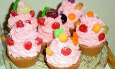 Sabonete Cupcake Jujubas <br>Produto produzido com matéria prima hipoalergênica <br>Propriedades: <br>- Base glicerinada branca, lauril líquido, essência de doce de leite e morango silvestre, óleo de coco de babaçu, cremor tártaro, corante cosmético a base de água <br>Embalagem: Caixa de acetato para cupcake e fita decorativa <br>Feito a mão sob encomenda 100% artesanal. <br> <br>Prazo de produção: até 10 dias úteis, dependendo da quantidade do pedido.