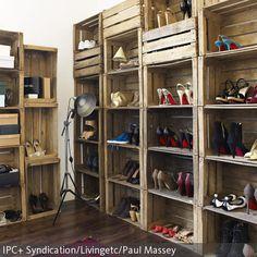 Das Modulsystem für die Aufbewahrung von Schuhen lässt sich ganz leicht selber aus rustikalen Holzkisten bauen. Die Stehleuchte im Industrie-Chic passt zu dem…