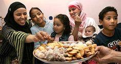 """Het Suikerfeest of het Kleine Feest (Arabisch: عيد الفطر, `id-al-fitr) is een islamitisch feest waarop het einde van de maand ramadan gevierd wordt. Het Arabische id-oel-fitr betekent """"feestdag ter gelegenheid van het breken (van het vasten)""""."""