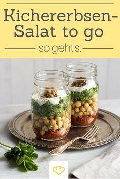 Leichter Mittagspausen-Snack: Gurkenraspeln auf Kichererbsen und getrocknete Tomaten im Glas. Dazu ein Klecks Joghurt mit frischer Minze. Lecker!