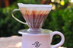 Oddajte sa pohode pri filtrovanej káve - Páni v najlepších rokoch V60 Coffee, Espresso, Coffee Maker, Kitchen Appliances, Espresso Coffee, Coffee Maker Machine, Diy Kitchen Appliances, Coffee Percolator, Home Appliances