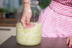 Domácí kysané zelí po celý rok bez speciálních pomůcek a složité výroby? S dalším dílem nového seriálu Nekupujeme, vyrábíme žádný problém! Příprava téhle vitaminové bomby je totiž snazší, než si myslíte. No Salt Recipes, Gaps Diet, Freezer Meals, Main Meals, Vegetable Recipes, Pickles, Food To Make, Food And Drink, Yummy Food