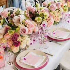 É a minha cor preferida!! #corderosa #decor #decoração #decoracion #decoration #mesaposta #partydecor #tabledecor #weddingdecor #casamento #wedding #boda #noivado #15anos #luxurydecor #rosé #50tonsderosa #inspiration #celebrarcomestilo by celebrarcomestilo