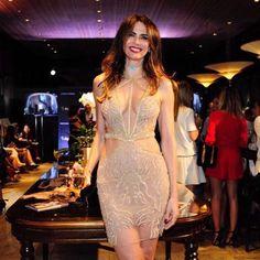 Luciana Gimenez usa sensual vestido decotado para lançar perfume by Jequiti