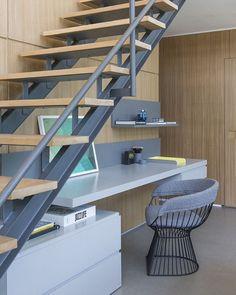 Os espaços embaixo de escadas também podem ser bem aproveitados. Esse é um bom exemplo para inspirar vocês#triplextips