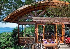 Casa na Mata Atlântica com vista para o mar. Revista Arquitetura & Construção.